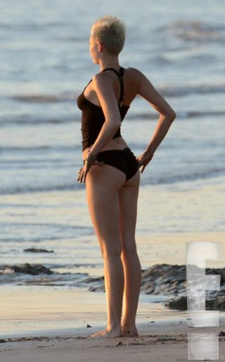 And though I apologize for including only pictures of her behind, it should be fairly obvious why (E! Entertainment)