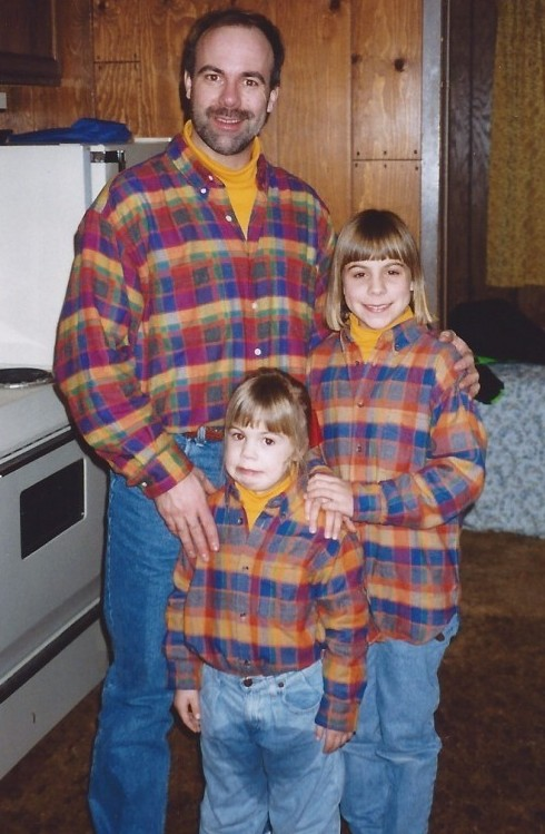 Proof that you should never force your kids to take freaky photos wearing matching outfits (Awkward Family Photos)